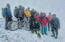 فتح قله آرارات با دوچرخه توسط کوهنوردان دورودی